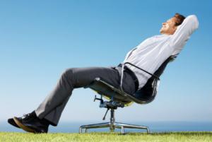 мужчина на кресле
