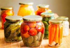 банки с маринованными овощами