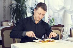 мужчина обедает