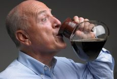 мужчина пьет из чайника
