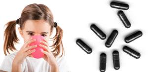 девочка запивает лекарство